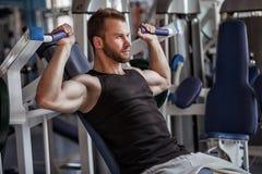 Homem novo no clube do gym do esporte Fotografia de Stock Royalty Free