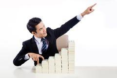 Homem novo no dedo da mostra do terno de negócio que anda acima da escada e Fotografia de Stock