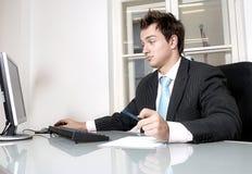 Homem novo no escritório fotografia de stock