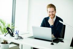 Homem novo no escritório Foto de Stock