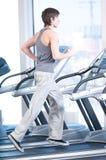 Homem novo no exercício da ginástica. Funcionamento Foto de Stock