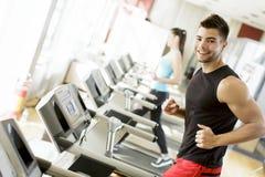 Homem novo no gym Fotografia de Stock