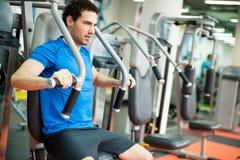 Homem novo no gym imagens de stock
