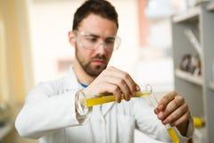 Homem novo no laboratório Foto de Stock Royalty Free