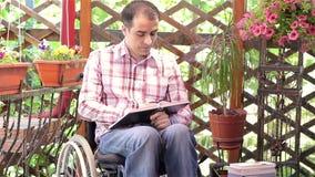 Homem novo no livro de leitura da cadeira de rodas filme
