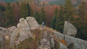 Homem novo no monte de uma montanha Homem de negócios Noivo groom aéreo filme