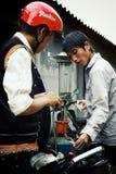homem novo no posto de gasolina local da gasolina em seu mercado da vila alto acima nas montanhas foto de stock royalty free
