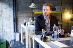 Homem novo no restaurante foto de stock royalty free