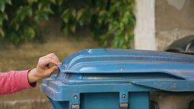 Homem novo no sportswear vermelho que joga afastado desperdícios vídeos de arquivo