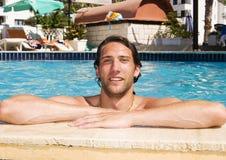 Homem novo no swimmingpool fotografia de stock