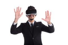 Homem novo no terno e vidros 3d isolados no fundo branco Fotografia de Stock Royalty Free