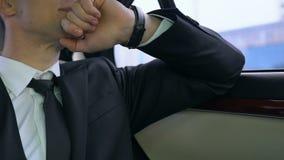 Homem novo no terno que preocupa-se sobre o atraso importante da reunião de negócios, tráfego filme