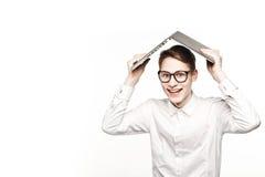 Homem novo nos vidros com o portátil com buildingg novo do conceito da emoção Foto de Stock