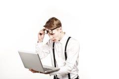 Homem novo nos vidros com o portátil com emoção Imagens de Stock Royalty Free