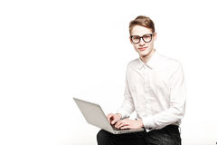 Homem novo nos vidros com o portátil com emoção Fotografia de Stock