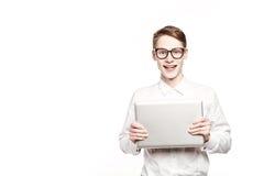 Homem novo nos vidros com o portátil com emoção Fotos de Stock