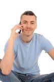 Homem novo ocasional com telefone de pilha fotos de stock royalty free
