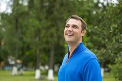 Homem novo ocasional no parque do verão Imagens de Stock