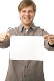 Homem novo ocasional que prende a folha em branco Foto de Stock
