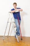Homem novo orgulhoso com rolo de pintura Foto de Stock Royalty Free