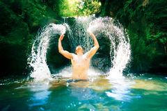 Homem novo pela cachoeira Imagens de Stock Royalty Free