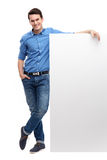 Homem novo pelo whiteboard vazio Fotos de Stock Royalty Free