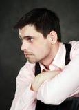 Homem novo pensativo na camisa cor-de-rosa Fotografia de Stock