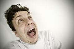 Homem novo perturbado que grita Imagens de Stock
