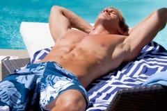 Homem novo por Associação Sunbathing Imagem de Stock Royalty Free