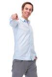 Homem novo positivo que aponta o dedo e o sorriso Fotografia de Stock Royalty Free