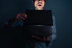 Homem novo que abre uma caixa emocionante Imagem de Stock