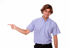 Homem novo que aponta com seu assistente. Imagem de Stock