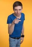 Homem novo que aponta com seu dedo imagem de stock royalty free