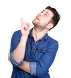Homem novo que aponta o dedo acima Fotos de Stock Royalty Free