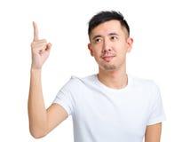 Homem novo que aponta para cima Fotografia de Stock