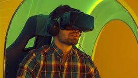Homem novo que aprecia a atração da realidade virtual Fotografia de Stock Royalty Free
