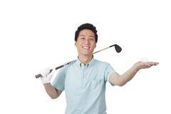 Homem novo que aprecia o golfe Fotografia de Stock