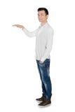 Homem novo que apresenta algo Fotografia de Stock Royalty Free