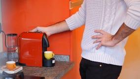 Homem novo que bebe do copo de café do café vídeos de arquivo