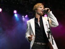 Homem novo que canta no microfone Foto de Stock Royalty Free