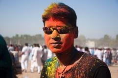 Homem novo que comemora o festival do holi Fotografia de Stock