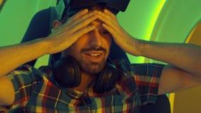 Homem novo que compartilha de suas emoções após a experiência da realidade virtual Fotografia de Stock Royalty Free