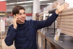 Homem novo que compra em casa loja de equipamento fotografia de stock