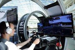 Homem novo que conduz um simulador moderno - PlayStation Foto de Stock Royalty Free