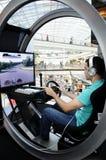 Homem novo que conduz um simulador moderno - PlayStation Fotografia de Stock