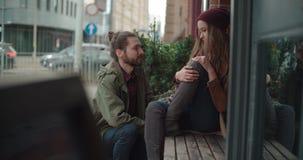 Homem novo que consola a mulher triste fotografia de stock