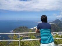 Homem novo que contempla o oceano Conceito do curso, do pensamento e do abrandamento fotos de stock royalty free