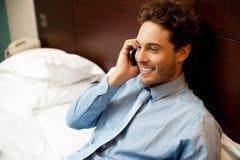 Homem novo que conversa no telefone móvel imagem de stock royalty free