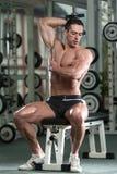 Homem novo que dá certo o tríceps Fotografia de Stock