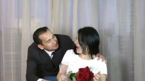 Homem novo que dá flores rejeitado por uma jovem mulher vídeos de arquivo